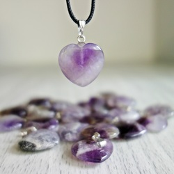 Pendant made of heart-shaped mineral - amethyst chevron - 2 cm