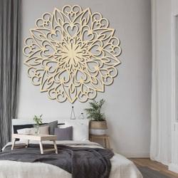 Faragott virág fából készült mandala kép egy falon a rétegelt lemez